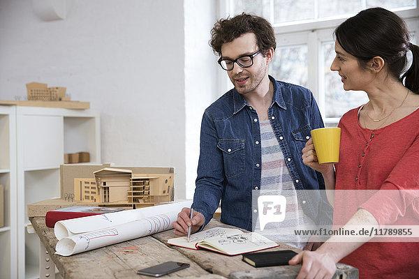 Mann und Frau diskutieren über den Entwurf im Amt