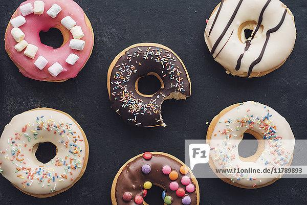 Bunte Doughnuts mit verschiedenen Glasuren