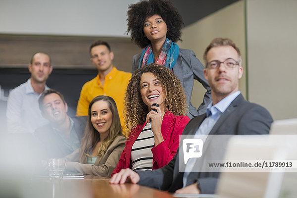 Geschäftstreffen im Sitzungssaal
