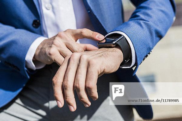Nahaufnahme eines Geschäftsmannes mit smartwatch