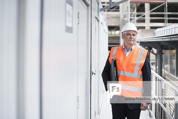 Mann mit Sicherheitsweste auf der Baustelle