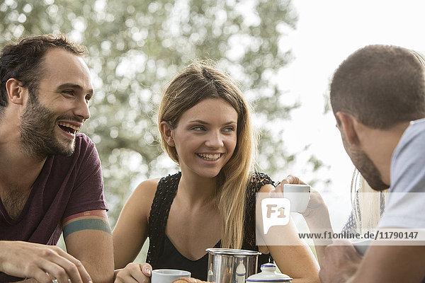 Vier Freunde haben Spaß am Frühstückstisch