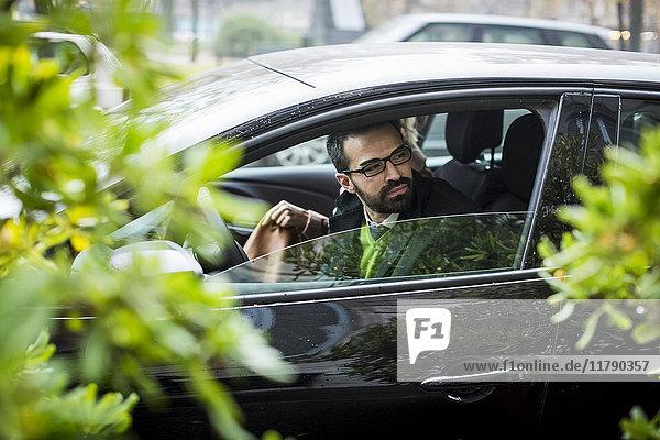 Geschäftsmann mit Frau im Auto