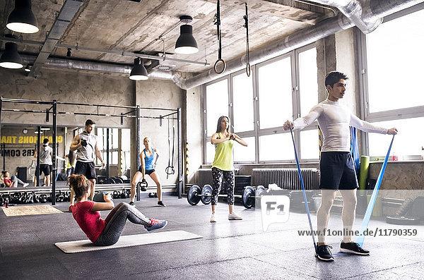 Gruppe von Jugendlichen  die in der Turnhalle trainieren