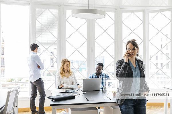 Junges Team bei der Zusammenarbeit im Büro