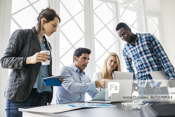 Junges Team bei einer Besprechung im Büro