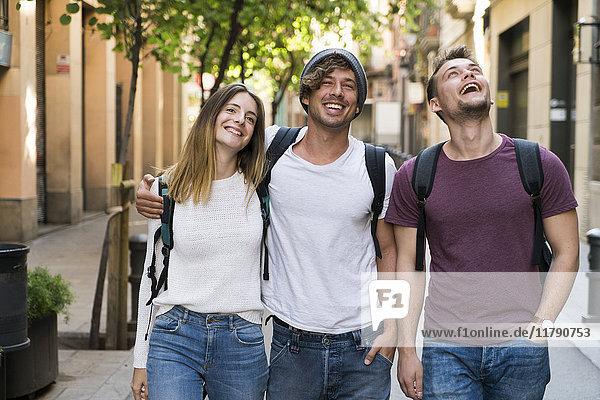 Glückliche Freunde beim Spaziergang in der Stadt