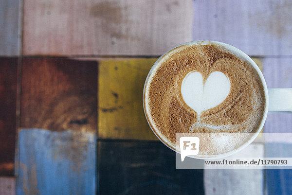 Tasse Kaffee mit Milchschaum  Nahaufnahme