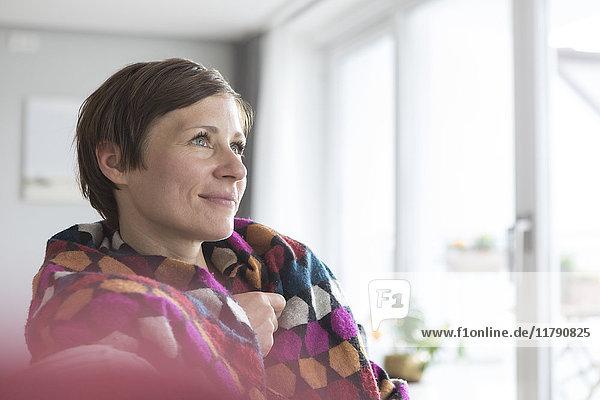 Porträt einer Frau  die sich zu Hause entspannt
