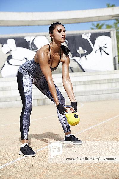 Fitnesstraining für Frauen mit Kettlebell im Freien