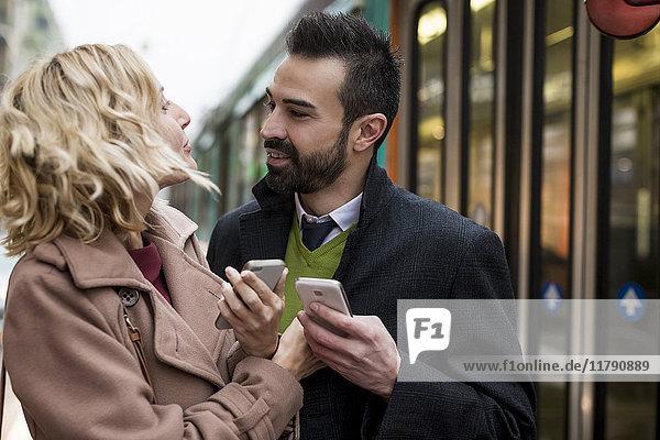 Geschäftsleute mit Mobiltelefonen in der Stadt