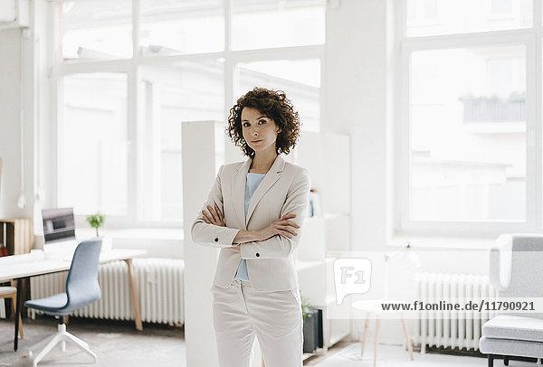 Geschäftsfrau im Büro sieht entschlossen aus