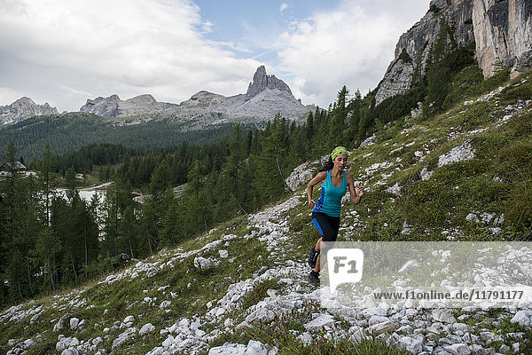 Italien  Dolomiten  Venetien  Trailrunner am Federasee