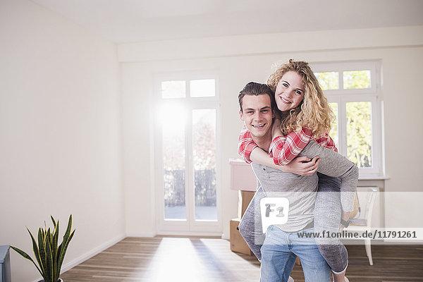 Porträt eines glücklichen jungen Paares im neuen Zuhause