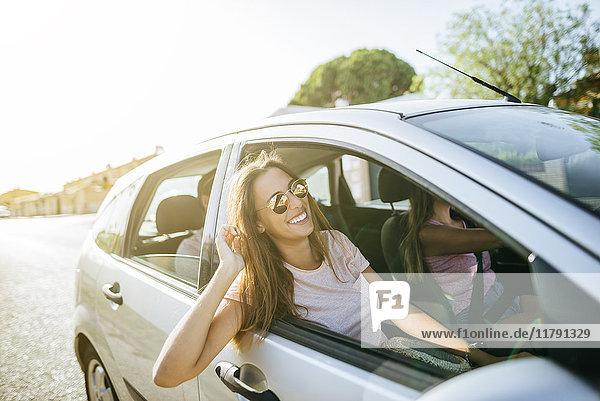 Glückliche Freunde im Auto von außen gesehen