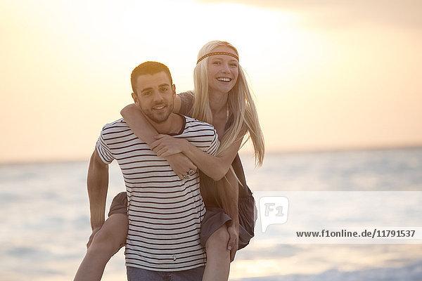 Junges Pärchen mit Spaß am Strand