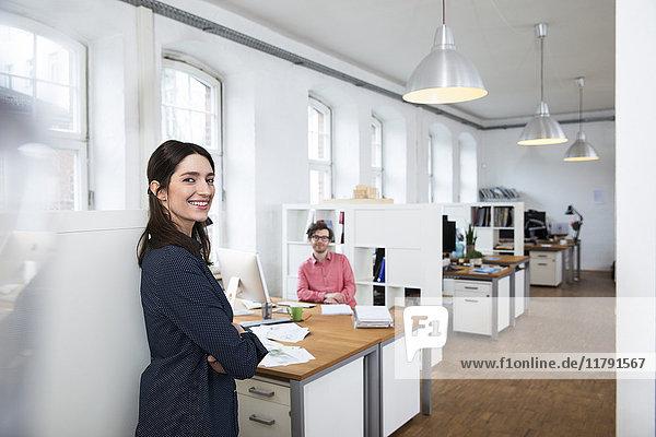 Porträt von lächelnder Frau und Mann im Amt
