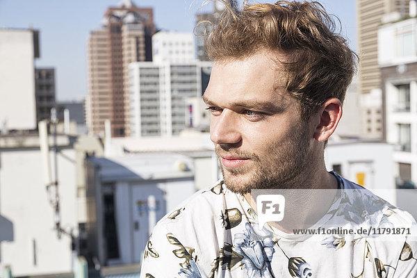Porträt eines jungen Mannes auf einer Terrasse