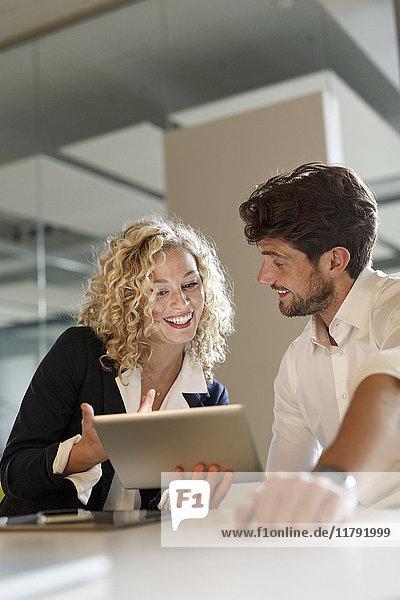 Zwei Kollegen teilen sich das Tablett im Büro
