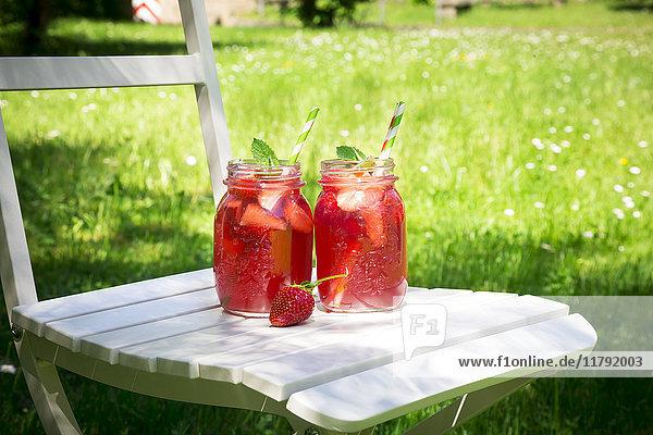 Zwei Gläser hausgemachte Erdbeerlimonade