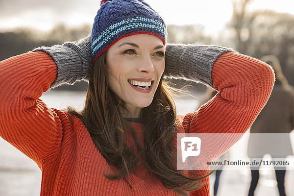 Glückliche Frau mit Wollmütze