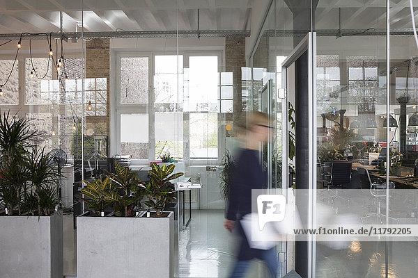 Verschwommene Bewegung einer Geschäftsfrau beim Umzug ins Büro