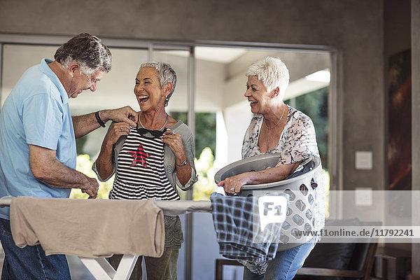 Senioren  die gemeinsam Spaß haben