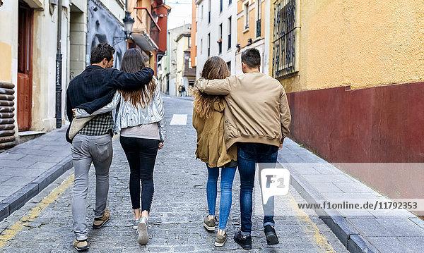 Zwei Paare  die in der Stadt spazieren gehen.