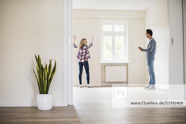 Junges Paar in neuem Zuhause diskutiert