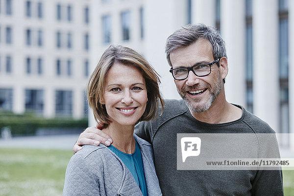 Porträt eines glücklichen reifen Paares im Freien
