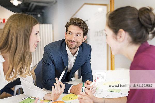 Geschäftsleute  die in einem Workshop zusammenarbeiten