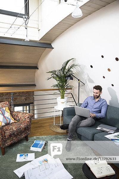 Mann arbeitet an einem Projekt in einem modernen Büro