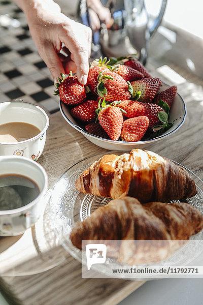 Erdbeeren  Croissants und Kaffee in der Küche