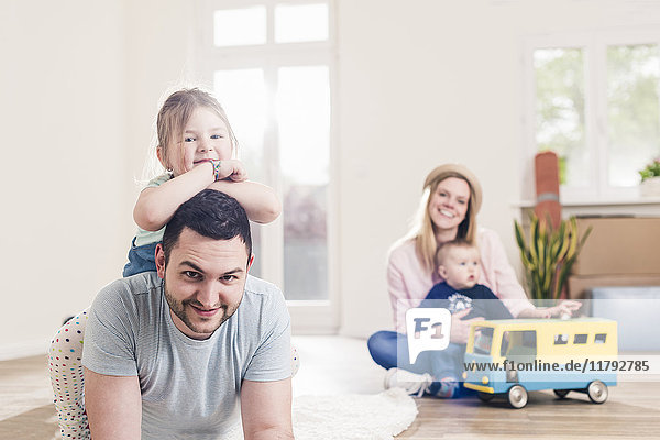 Porträt einer glücklichen Familie im neuen Zuhause