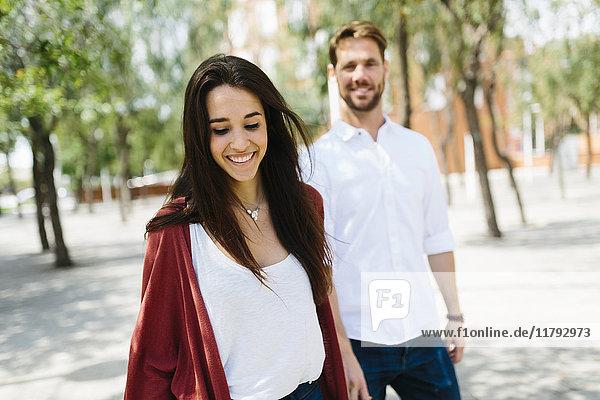 Glückliches Paar auf der Straße  Händchen haltend