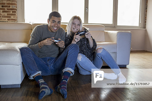 Zwei Freunde beim Computerspiel zu Hause