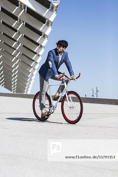 Jungunternehmer auf Fixie Bike im Freien