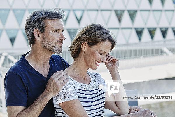 Liebevolles reifes Paar im Freien