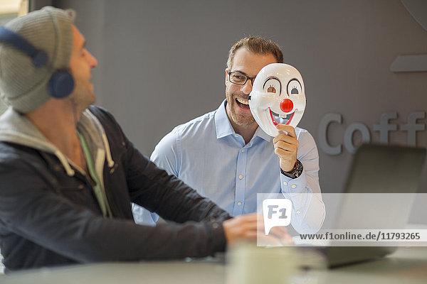 Geschäftsmann überraschender Kollege mit Maske
