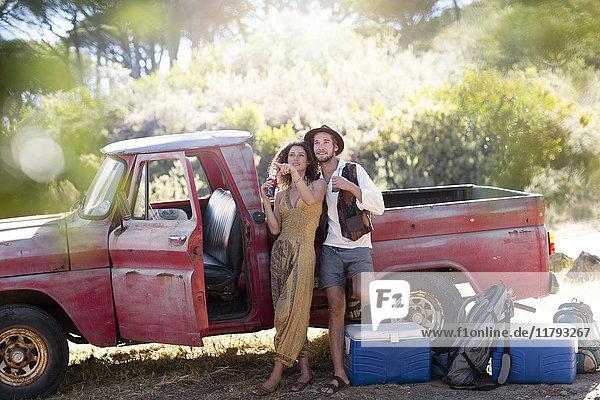 Junges Paar beim alten Pick-Up