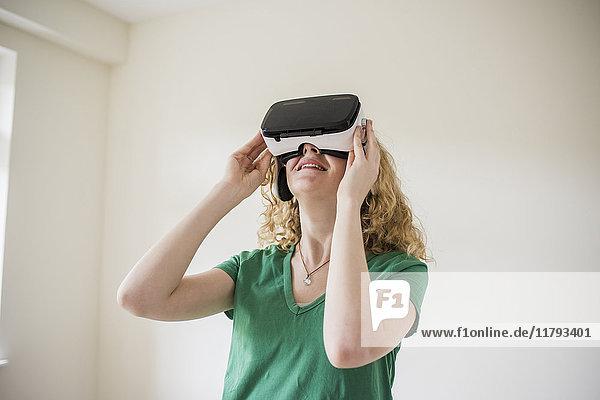 Frau mit VR-Brille schaut nach oben