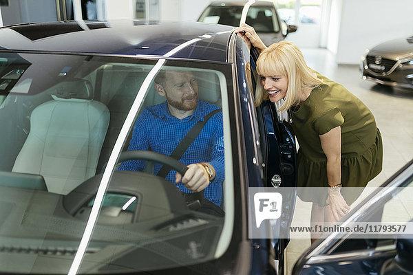 Paar auf der Suche nach einem neuen Auto im Autohaus