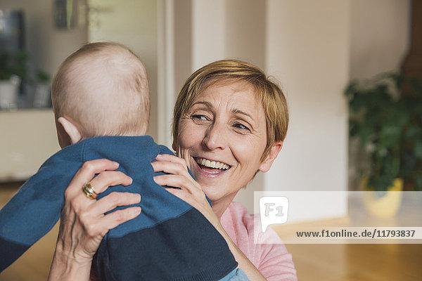 Porträt einer lächelnden Frau mit einem kleinen Jungen