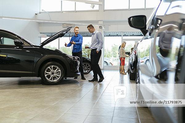 Verkäufer bei der Kundenberatung im Autohaus