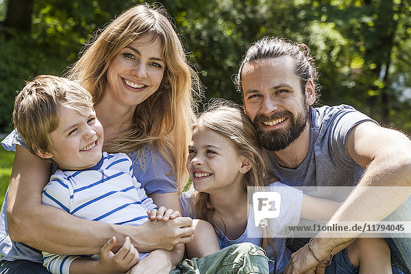 Porträt einer glücklichen Familie im Freien