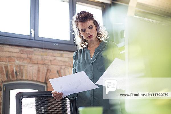 Junge Frau am Schreibtisch im modernen Büro