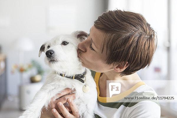 Frau küsst ihren Hund