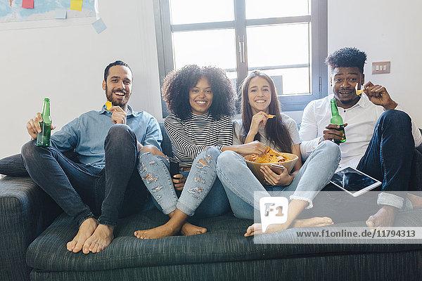 Porträt der glücklichen Freunde auf dem Sofa