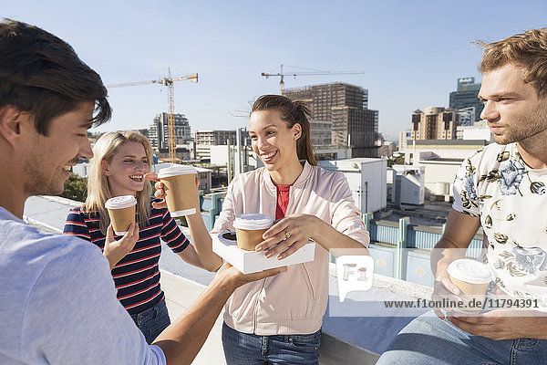 Freunde beim Kaffeetrinken auf der Dachterrasse