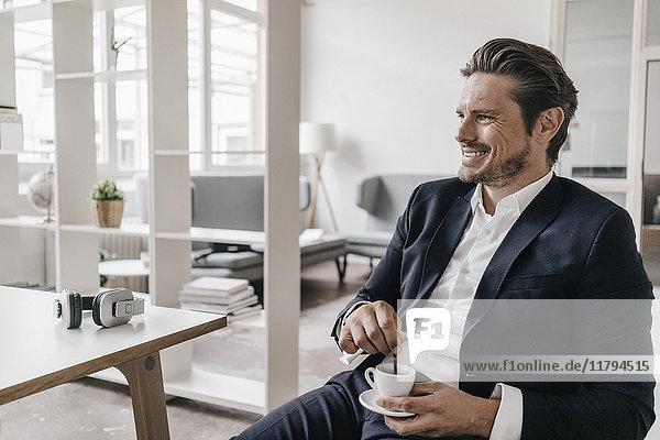 Lächelnder Geschäftsmann bei einer Kaffeepause